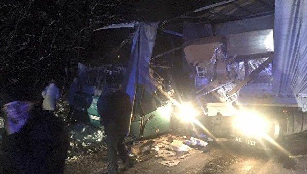 Автобус стуристами врезался в грузовой автомобиль надороге «Львов-Краковец»