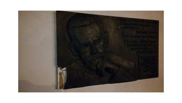 ВКиеве вандалы повредили мемориальную доску Вацлава Гавела