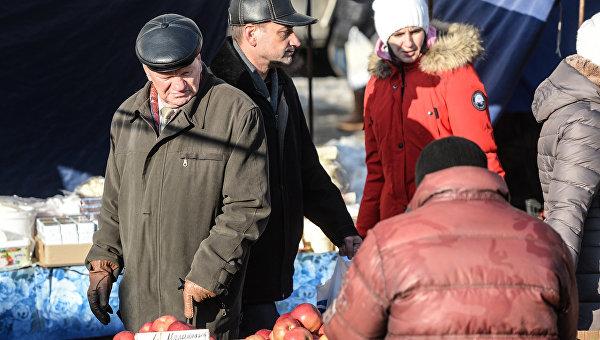 Пожилые люди на рынке перед новогодними праздниками. Архивное фото