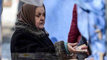 Пожилая женщина на рынке. Архивное фото