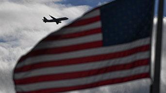 Самолет и флаг США. Архивное фото