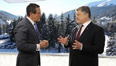 Американский журналист Роберт Квест и президент Украины Петр Порошенко в Давосе