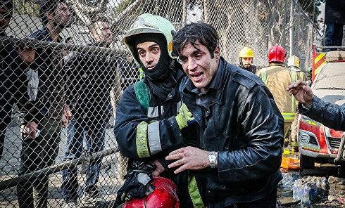 Обрушение здания в Тегеране. Спасатели не скрывают слез