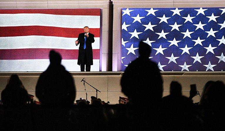 Избранный президент США Дональд Трамп выступает на концерте, посвященном предстоящей инаугурации, у мемориала Линкольна в Вашингтоне