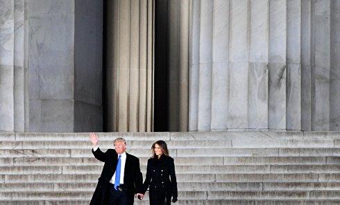 Избранный президент США Дональд Трамп с супругой Меланией выступает на концерте, посвященном предстоящей инаугурации, у мемориала Линкольна в Вашингтоне