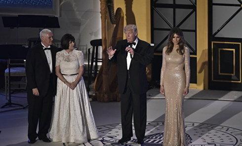 Избранный президент США Дональд Трамп с женой Меланией Трамп и вице-президент Майк Пенс с супругой Карен Пенс во время приема и ужина в Union Station в Вашингтоне