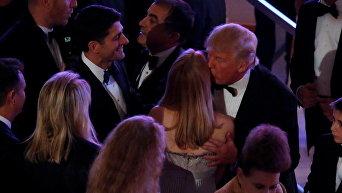 Избранный президент Дональд Трамп приветствует спикера Палаты представителей Пола Райана и других гостей приема и ужина перед инаугурацией