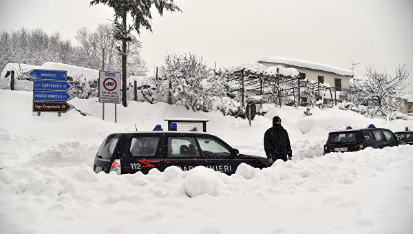 Спасатели вИталии обнаружили уже восемь выживших внакрытом снегом отеле