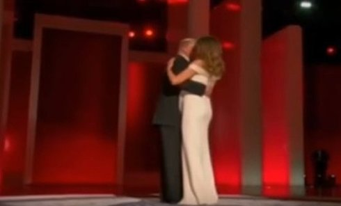 Дональд и Меланья Трамп танцуют на инаугурационном балу. Видео