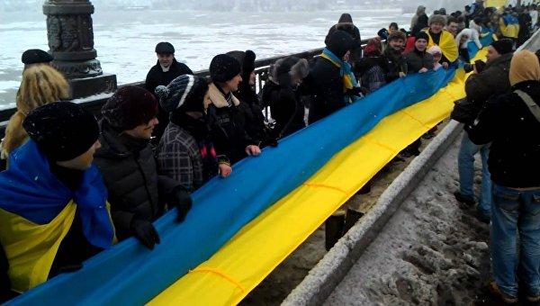 В Киеве по случаю Дня соборности живой цепью соединили берега Днепра