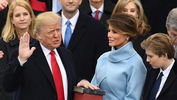 Инаугурация Дональда Трампа, Библию держит супруга Мелания, 20 января 2017 года