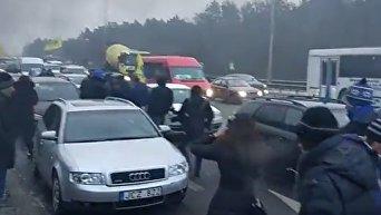 Активисты перекрыли Бориспольскую трассу в Киеве и подожгли шины
