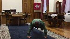 Виктор Муженко отжимается. Видео