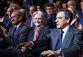 Кандидат на пост президента Франции от партии Республиканцев Франсуа Фийон с супругой Пенелопой Фийон (справа налево)