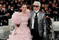 Лили-Роуз Депп и Карл Лагерфельд на показе мод весна-лето 2017 Chanel Couture в Париже