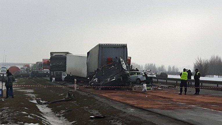Принцип домино - из-за сильного тумана в Польше столкнулось около сотни машин