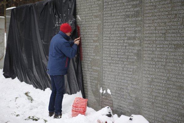 Работы по очистке оскверненных вандалами монументов в Быковне