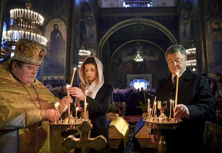 Порошенко с женой приняли участие в панихиде по писателю Олесю в Киеве