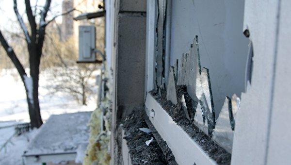 Разбитые окна в жилом доме по улице Партизанская в Донецке, пострадавшем в результате обстрела