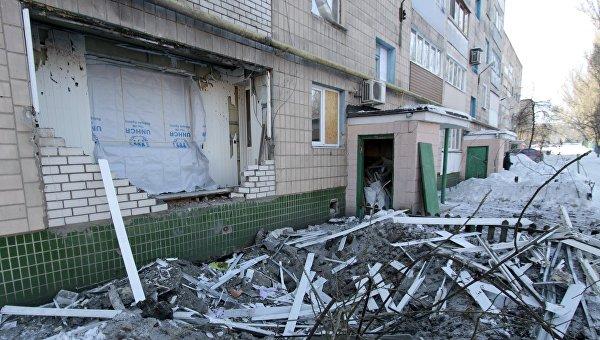 Разрушенный балкон в жилом доме по улице Партизанская в Донецке, пострадавшем в результате обстрела