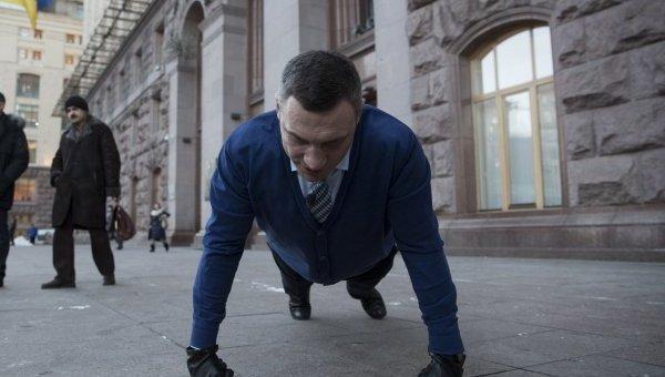 Мэр Киева Виталий Кличко принимает участие в флешмобе #22PushupChallenge