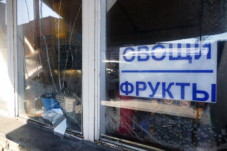 Разбитые витрины на привокзальном рынке в Куйбышевском районе Донецка, пострадавшие в результате обстрела