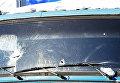 Поврежденное лобовое стекло грузового автомобиля в Куйбышевском районе Донецка, пострадавшее в результате обстрела