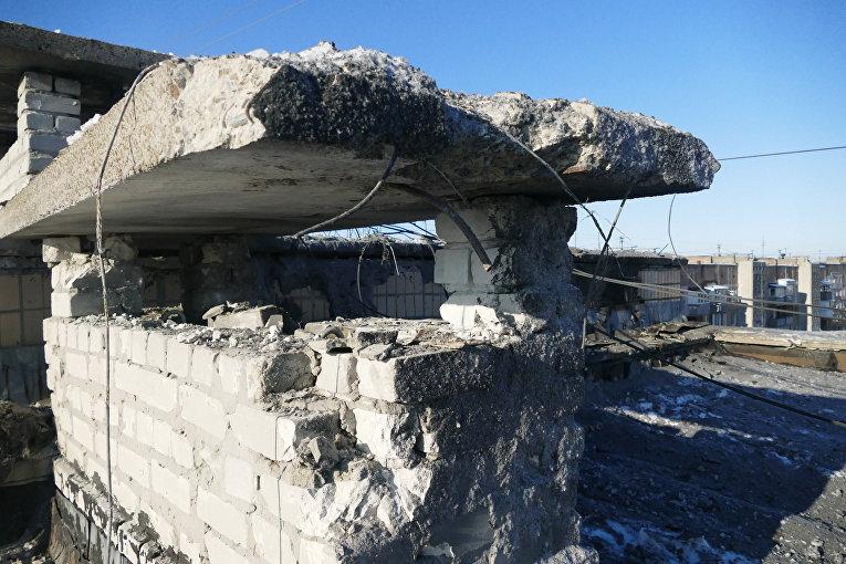 Поврежденная крыша 9-ти этажного жилого здания по улице Куйбышева в Донецке, пострадавшая в результате обстрела