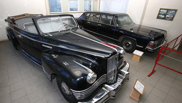 Большой представительский автомобиль с семиместным кузовом типа лимузин ЗиС-110Б (СССР, 1945 г.) (на первом плане) и самый большой советский легковой автомобиль ГАЗ-14 Чайка (СССР, 1978 г.)