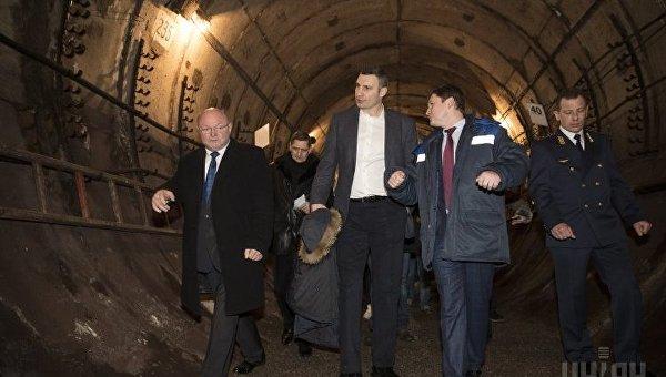 Виталий Кличко во время выездного совещания о перспективах строительства метро на Виноградарь