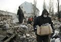 Члены МЧС самопровозглашенной ДНР расчищают завалы после обстрелов в Донецке