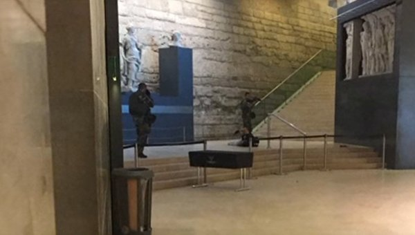 Нападение на военных у Лувра в Париже