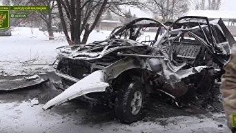Место взрыва автомобиля в Луганске