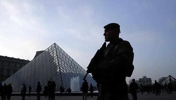 Полицейский у Лувра в Париже. Архивное фото