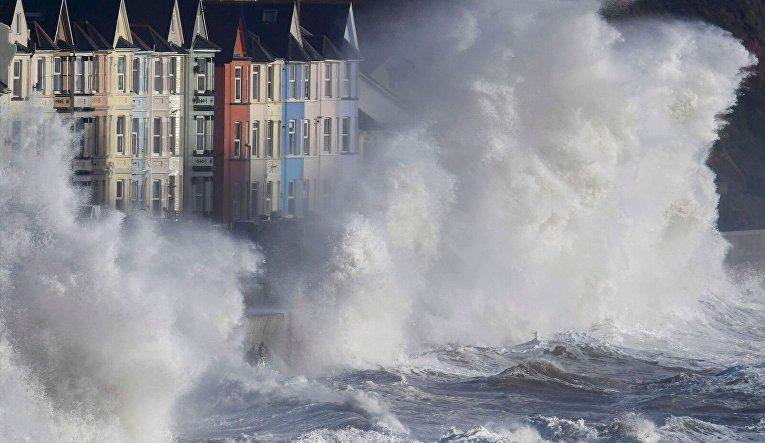 Огромные волны шторма Дорис обрушились на берега Британии