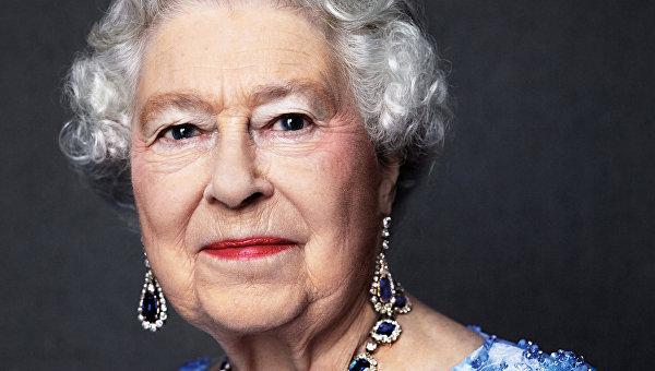Королева Елизавета II отмечает 65-ую годовщину вступления на престол. Королева Елизавета одета сапфировый комплект, подаренный ей королем Георгом VI в качестве свадебного подарка в 1947 году