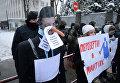 Активисты Центра противодействия коррупции и Всеукраинского объединения Автомайдан протестуют под Администрацией президента