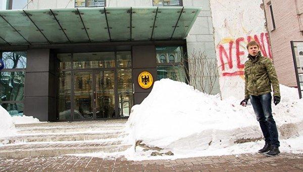 Алексей Гончаренко написал на фрагменте Берлинской стены слово нет по-немецки