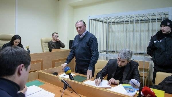 Александр Ефремов в зале суда вне стеклянной кабины
