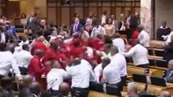 Массовая драка в парламенте ЮАР. Видео