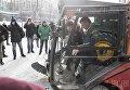Мэр Киева Виталий Кличко за рулем вакуумно-подметальной машины для сбора мусора