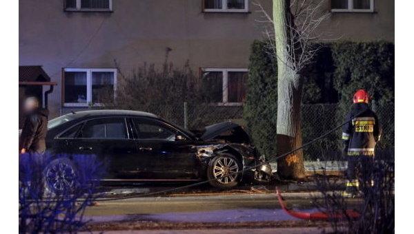 Один из автомобилей из кортежа премьера Польши врезался в дерево