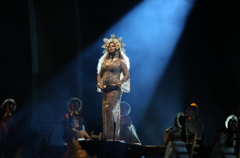 Британская эстрадная певица Адель одержала победу в 5-ти категориях премии «Грэмми»