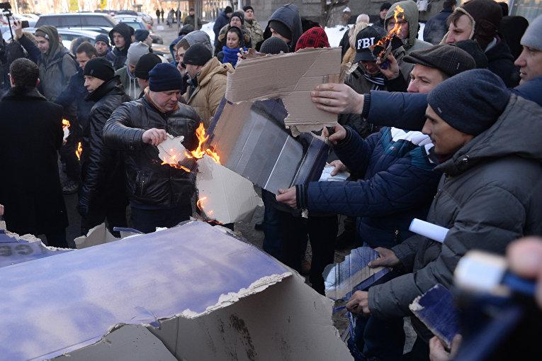 Протестующие сожгли макет машины у здания комитетов Рады в Киеве