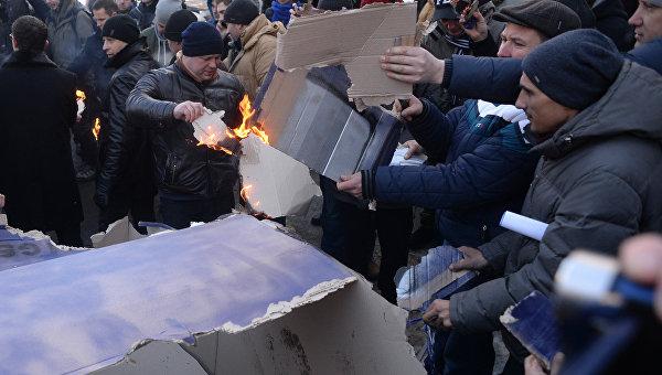 Под Радой митингующие владельцы автомобилей сожгли картонный «Range rover»