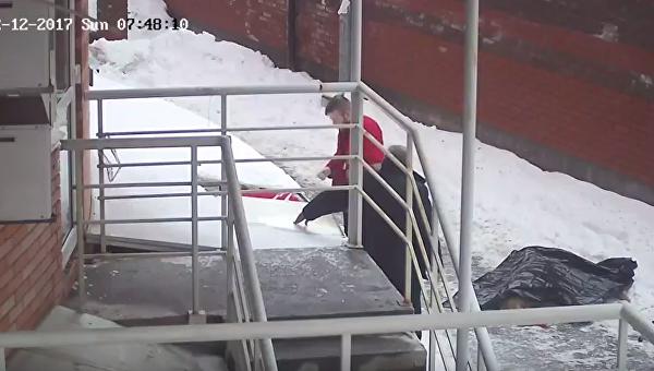 Видео трагедии с матерью и ребенком в Киеве. Аудитория 21+