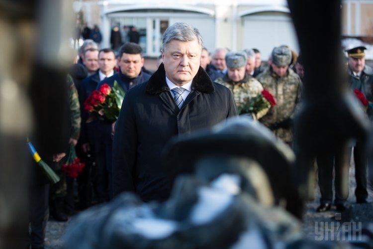 Президент Украины Петр Порошенко принимает участие в церемонии возложения цветов к Мемориальному комплексу гражданам Украины, воевавших в Афганистане.