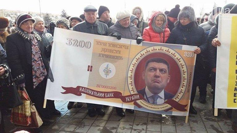 Под стенами Запорожской ОГА прошел митинг предпринимателей. Митингующие выступают против высоких тарифов, повышения налогов и увеличения штрафов.