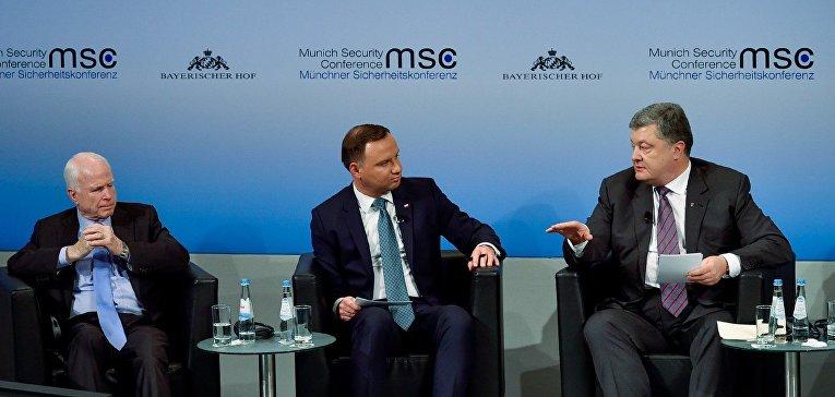 Сенатор США Джон Маккейн, президент Польши Анджей Дуда и президент Украины Петр Порошенко