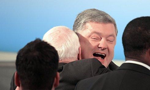 Глава комитета по вооруженным силам сената США Джон Маккейн и президент Украины Петр Порошенко (слева направо на втором плане) на 53-й Мюнхенской конференции по безопасности